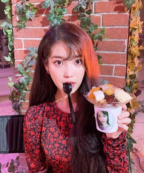 IU đáng yêu ngậm thìa, khoe món ngọt được các fan gửi đến trường quay Hotel Del Luna.
