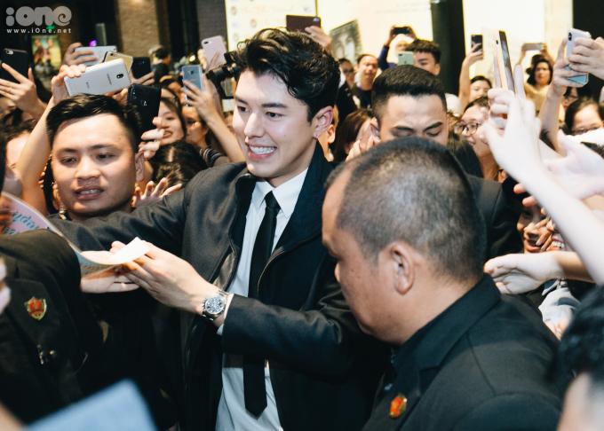 <p> Vì lịch trình bận rộn, nam diễn viên chỉ góp mặt được trong sự kiện khoảng hơn 1 giờ đồng hồ. Suốt thời gian đó, các khán giả liên tục reo hò, gọi tên Nine, trong khi đó ngôi sao Thái Lan cũng nở nụ cười rạng rỡ, thể hiện sự trân trọng với fan Việt.</p>