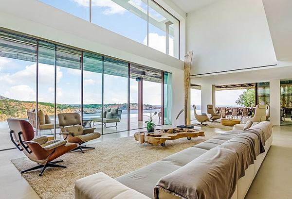 Căn villa 3 tầng, hướng ra vịnh Porroig, gồm 7 phòng ngủ, có bể bơi vô cực 50m phía trước và được cho thuê với giá 108.000 bảng (khoảng 132.00 USD) cho 6 ngày.