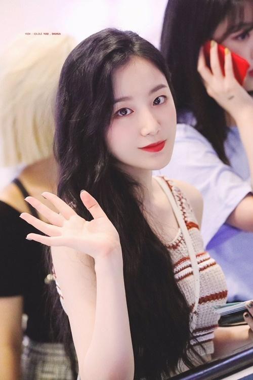 Shuhua vào Cube cùng thời gian với Lai Kuan Lin. Cả hai đều là những thí sinh hiếm hoi vượt qua kỳ tuyển chọn. Cô nàng chỉ mới thực tập hơn một năm nên khi debut, Shuhua bị chê bai nhiều vì tài năng, khả năng nói tiếng Hàn cũng chưa tốt. Hiện nữ idol ngày càng tiến bộ, tự tin hơn.