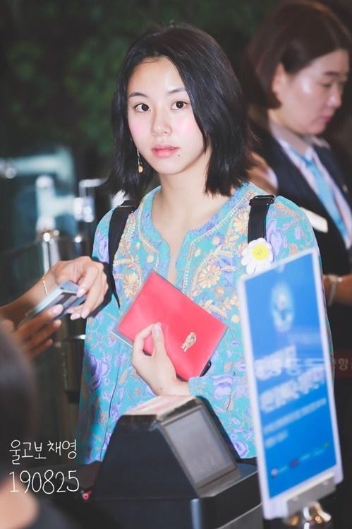 Em út Chae Young tự tin với khuôn mặt mộc khi ra sân bay.