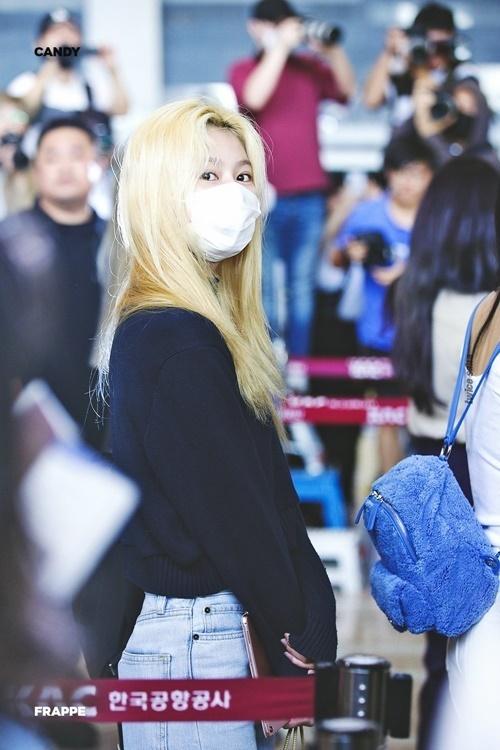 Sana vẫn còn khá mệt mỏi, đeo khẩu trang và chưa kịp chỉnh tóc khi xuất hiện.