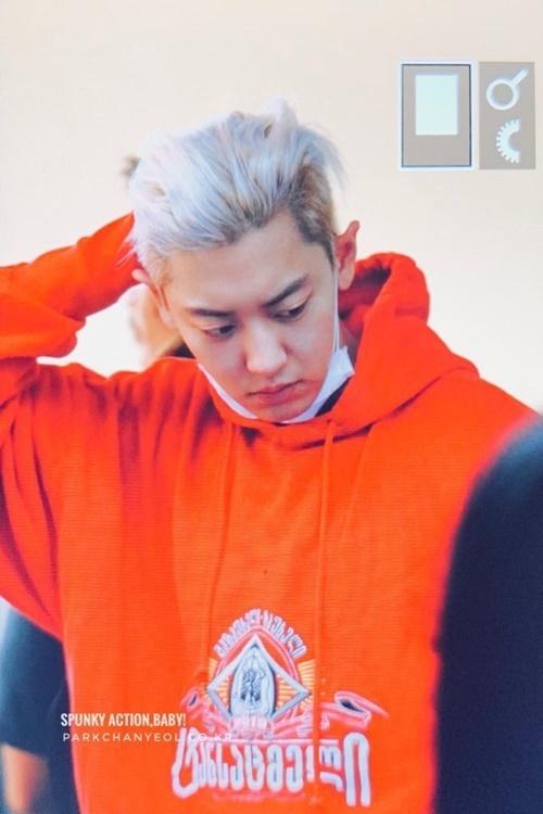 Chan Yeol có mái tóc màu bạch kim cực chất.