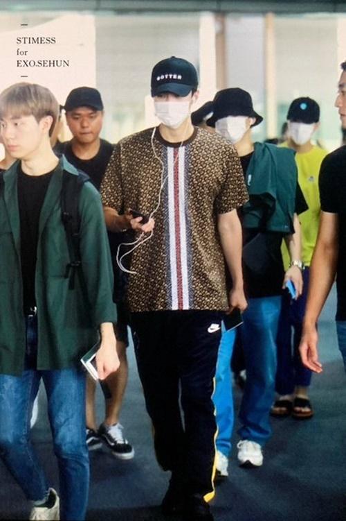 Các thành viên EXO trở về Hàn sau khi hoàn thành lịch trình ở Philippines. Se Hun nổi tiếng với bờ vai Thái Bình Dương, hình thể đầy nam tính.