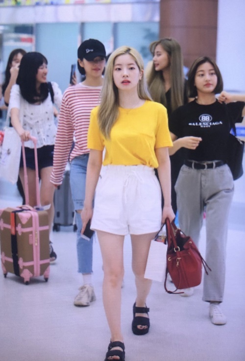 Các thành viên Twice chuộng trang phục đơn giản, dễ di chuyển với áo phông, quần jean.