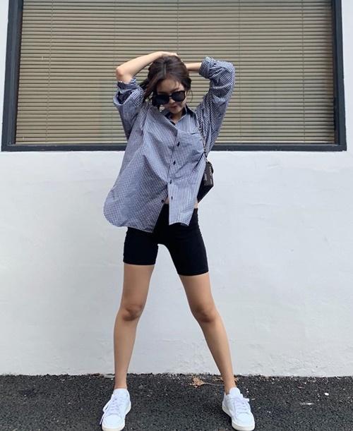 Jennie khoe chân thon với mốt quần lửng bó sát.
