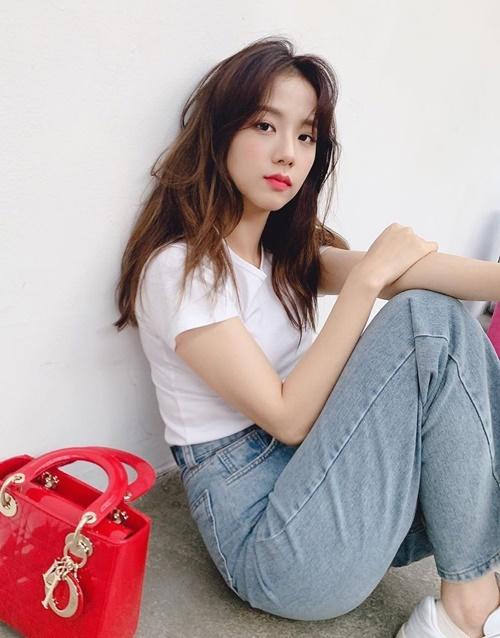 Ji Soo mix áo thun trắng và quần jeans trẻ trung.