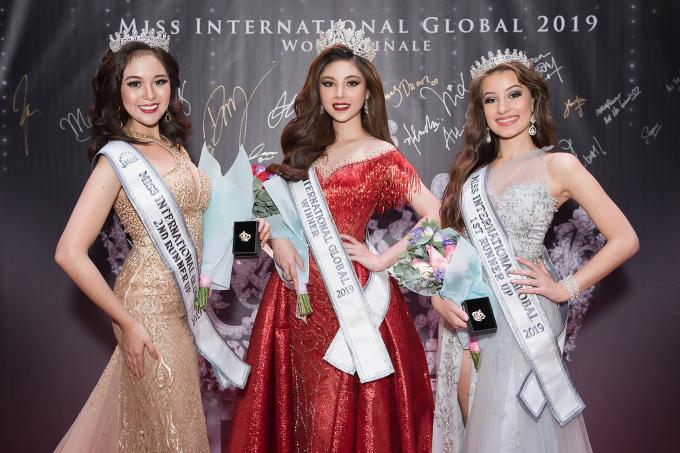 <p> Chung kết cuộc thi Miss International Globe 2019 (Hoa hậu quốc tế toàn cầu) có sự tham gia của 40 thí sinh đến từ nhiều quốc gia. Đặng Mỹ Huyền, đến từ Việt Nam bất ngờ được xướng tên đăng quang ngôi vị hoa hậu. Hai giải á hậu lần lượt thuộc về thí sinh đến từ Nam Phi và Philippines.</p>