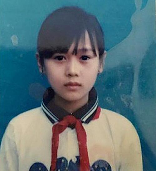 Phương Oanh tên đầy đủ là Đỗ Phương Oanh, sinh năm 1989 trong một gia đình có bốn anh chị em tại TP Phủ Lý (Hà Nam). Cô sở hữu đôi mắt to tròn, gương mặt trái xoan những năm học cấp một.