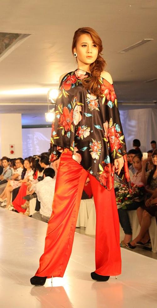 Phương Oanh gia nhập showbiz từ năm 2008 với vai trò người mẫu. Cô là gương mặt quen thuộc trên sàn catwalk. Thời điểm này, cô để mái tóc xoăn dài, đầu chải ngôi lệch.