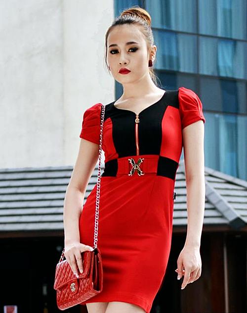 Phương Oanh trong một bộ hình thời trang công sở năm 2012. Gương mặt của cô lúc này vuông vắn, góc cạnh, đậm chất người mẫu.