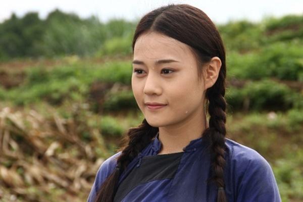 2012, Phương Oanh lấn sân diễn xuất. Cô có vai diễn đầu tiên trong phim Hoa bay. Gương mặt bầu bĩnh, mộc mạc giúp Phương Oanh ghi điểm. Cô cũng chuyển sang để tóc suôn thẳng và không cắtmái như trước đây.