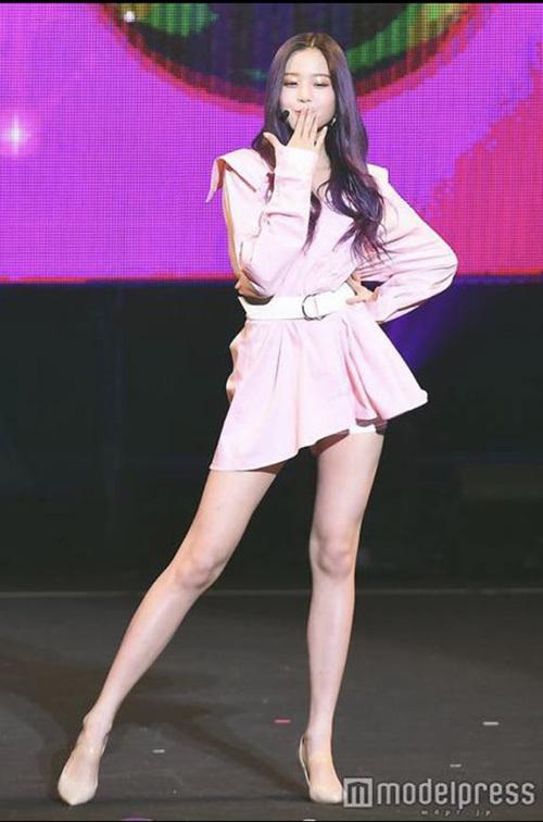 Nhiều khán giả đến concert của IZONE cho biết họ bị chinh phục bởi nét đẹp, đặc biệt là cặp chân chuẩn siêu mẫu của Jang Won Young. Sở hữu khuôn mặt đẹp, tỷ lệ cơ thể chuẩn, cô nàng được ca ngợi sinh ra để làm idol.
