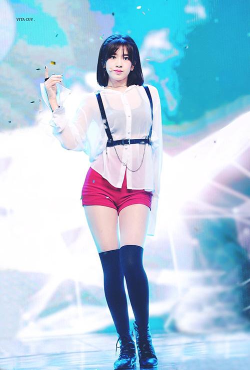 Ahn Yu Jin mới 16 tuổi nhưng có chiều cao hơn 1,7m. Cặp chân dài là đặc điểm giúp nữ idol trở nên nổi bật trên sân khấu. Yu Jin có hình thể khỏe khoắn, tràn đầy sức sống.