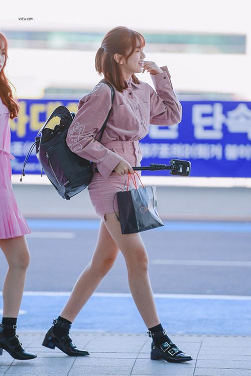 Yu Jin có khuôn mặt nhỏ, chân dài, vòng hông gợi cảm. Netizen nhận xét cô nàng hội tụ đủ tiêu chuẩn sắc đẹp ở Hàn Quốc.