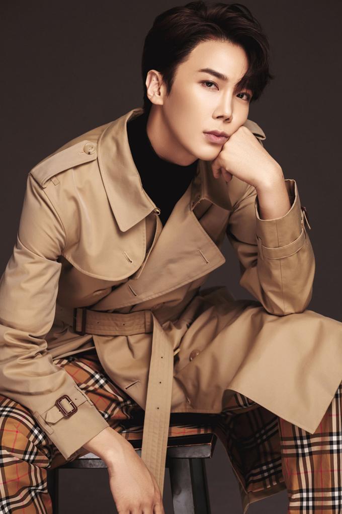 <p> Park Jung Min khoe style đậm chất Hàn, gương mặt điển trai.</p>