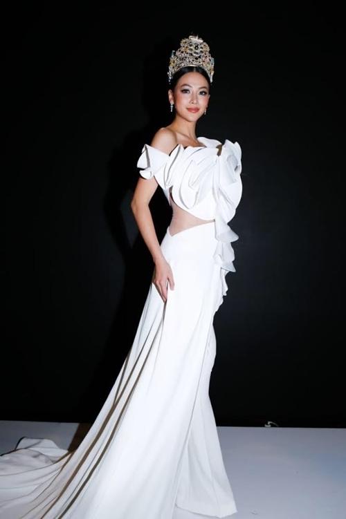 Diện bộ thiết kế jumbsuit được dựng kiểu dáng 3D như những cánh hoa hồng của NTK Linh San, Phương Khánh nổi bật trên sân khấu.