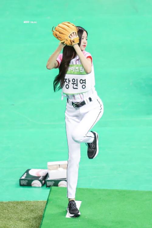 Trong đại hội thể thao ISAC Trung thu, khi Won Young tạo dáng ném bóng chày, cặp chân thẳng tắp của thành viên IZONE tiếp tục trở thành chủ đề gây bão. Netizen cho rằng nếu xét về tỷ lệ cơ thể, khó có idol nào vượt qua được Jang Won Young.