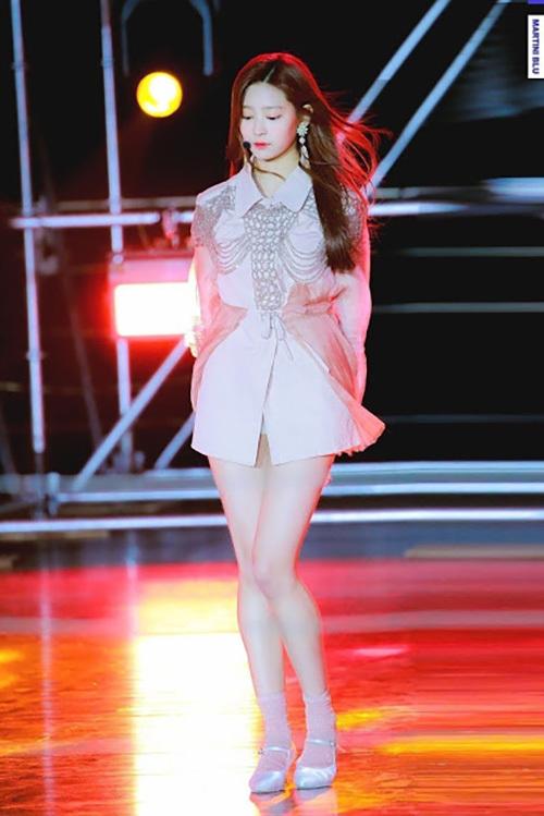 Min Joo không có chiều cao nổi trội như 2 em út nhưng cô nàng lại ghi điểm bằng cặp chân và đường cong hút mắt.