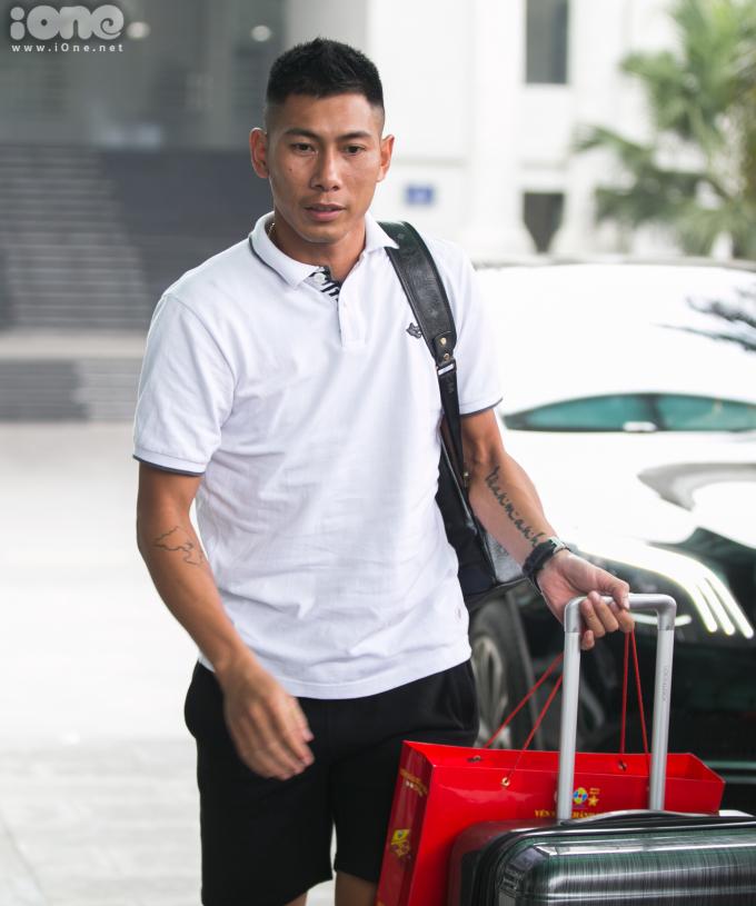 <p> Thủ môn Nguyễn Tuấn Mạnh (CLB Khánh Hòa) đến sớm thứ hai, sau Tiến Linh.</p>