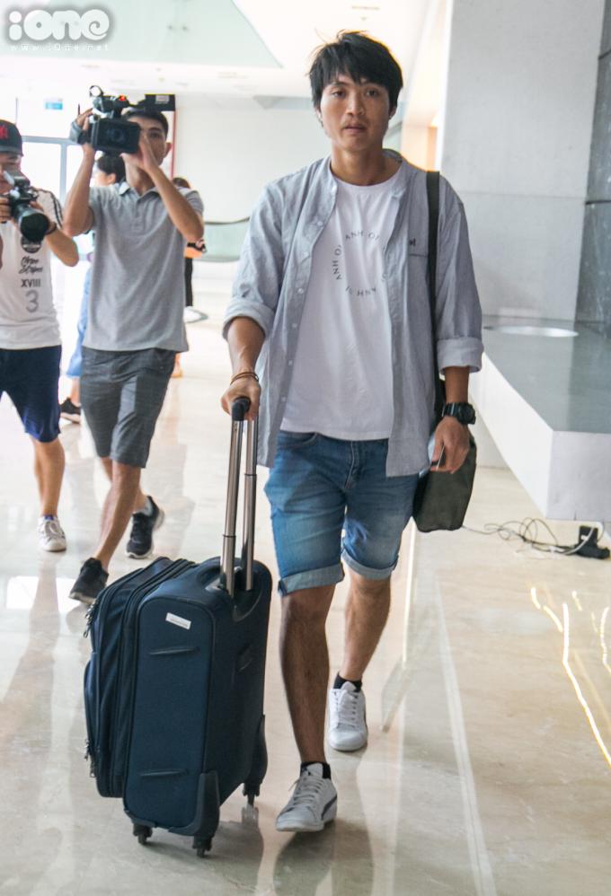 <p> Tiền vệ Nguyễn Tuấn Anh với nét mặt phờ phạc do chuyến bay từ Pleiku đến Hà Nội bị chậm so với lịch trình.</p>