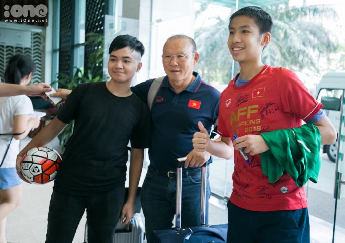 <p> Sau khi tập trung, ĐT sẽ tập luyện tại VFF những ngày tiếp theo. Ngày 1/9, đội tuyển lên đường sang Thái Lan, chuẩn bị cho trận đấu gặp chủ nhà, diễn ra trên sân Thammasat vào 5/9.</p>