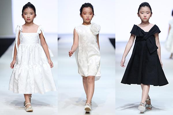Các mẫu váy quen thuộc, vốn làm nên thương hiệu của Đỗ Mạnh Cường như: váy tay chuông, váy mullet, váy đám mây... được thực hiện với phiên bản mini mang đến vẻ ngoài thu hút cho các bé. Điểm nhấn của những bộ váy được tạo nên từ hoạ tiết nơ, hoa hồng to bản hay cấu trúc bất đối xứng.