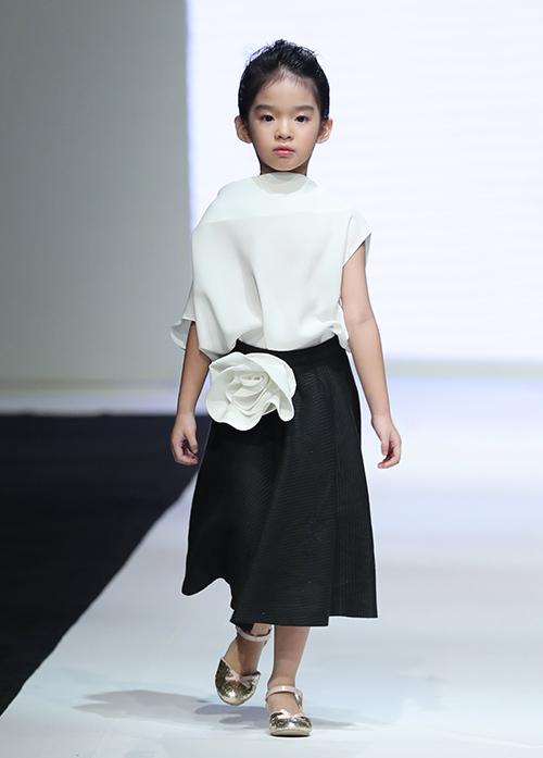 Con gái Xuân Lan - bé Thỏ - đảm nhiệm vai trò vedette. Cô nhóc 5 tuổi là người mẫu nhí quen thuộc trên sàn diễn từ khi Xuân Lan sáng lập Vietnam Junior Fashion Week đến nay. Trước đây, bé Thỏ thường giữ vẻ nhí nhảnh khi trình diễn. Lần này, con gái Xuân Lan khoe thần thái mặt lạnh, bắt đầu ra dáng chuyên nghiệp giống mẹ.