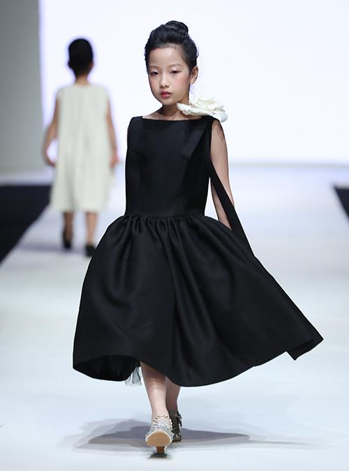 Với 30 mẫu trang phục, NTK Đỗ Mạnh Cường mang đến vẻ ngoài đáng yêu cho các cô bé với phom dáng nữ tính, ngọt ngào.