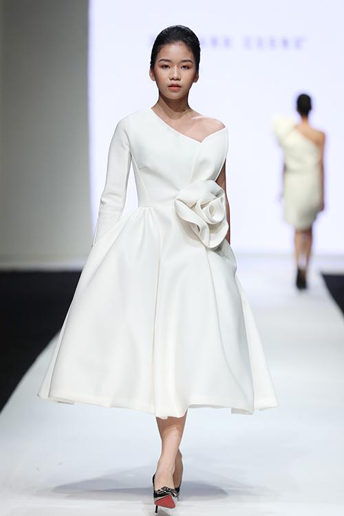 NTK đề cao chất nữ tính trong BST này khi sử dụng những phom dáng xoè rộng điệu đà. Việc thực hiện trang phục phom rộng cũng tạo sự thoải mái cho trẻ.