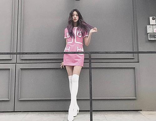 Jang Won Young nổi tiếng với đôi chân dài siêu thực. Nữ idol 15 tuổi cao hơn 1,7m, hình thể vượt trội hơn các thành viên trong nhóm.