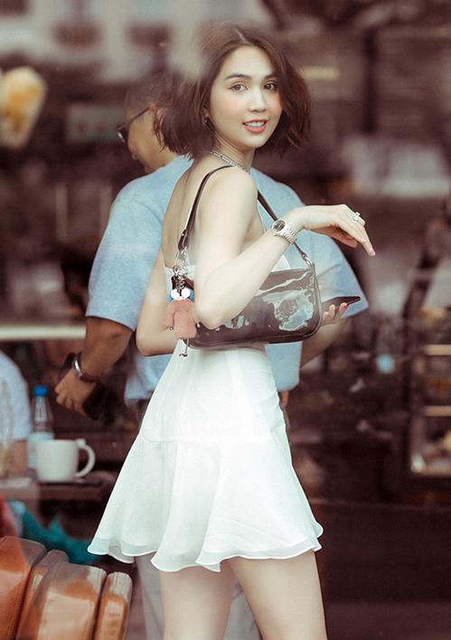 Túi kẹp nách (shoulder bag) là kiểu túi từng rất thịnh hành những năm đầu 2000, tuy nhiên đã bị lãng quên gần 20 năm qua. Thời gian gần đây, dáng túi quai ngắn này được nhiều mỹ nhân khắp Âu Á lăng xê trở lại. Ở Việt Nam, Ngọc Trinh không chỉ tiên phong mà còn lăng xê cách đeo túi này rất tích cực.