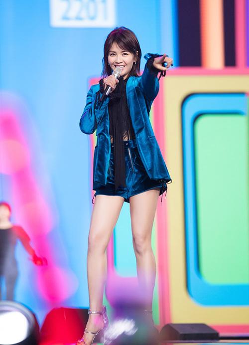 Thế nhưng trong bức ảnh được đăng lên Weibo, nữ diễn viên đã có đôi chân cực phẩm, cực thon thả.