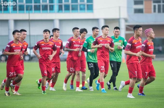 <p> Chiều 27/8, đội tuyển Việt Nam di chuyển từ khách sạn La Thành tới VFF (Liên đoàn Bóng đá Việt Nam) để tập luyện buổi đầu tiên, chuẩn bị cho vòng loại hai World Cup 2022 khu vực châu Á.<br /> Cả đội (trừ các cầu thủ của Hà Nội FC) có mặt tại sân tập luyện theo sự hướng dẫn của trợ lý Lee do HLV Park đang trả lời truyền thông. Các cầu thủ chạy bộ khởi động trước khi vào bài tập chính.</p>