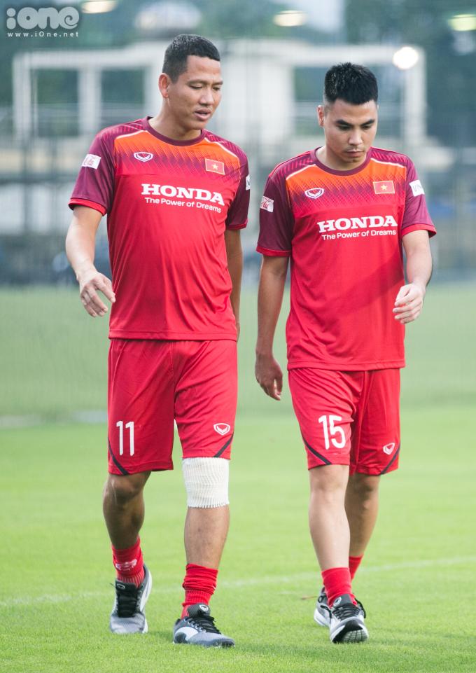 <p> Nhóm các cầu thủ dính chấn thương tập riêng. Anh Đức, Đức Huy (số 15) đi bộ quanh sân. Đức Huy cùng Văn Hậu là hai cầu thủ ở Hà Nội FC lên tuyển theo đúng lịch trình. Tiền vệ gốc Hải Dương đang dính chấn thương không thể thi đấu.</p>