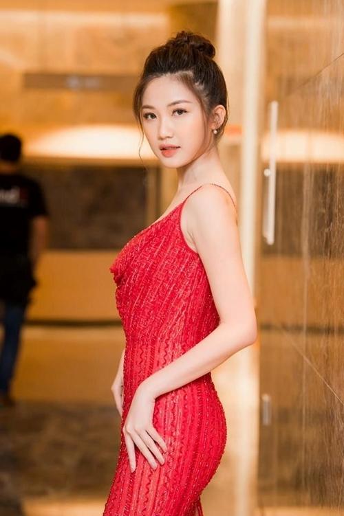 Lương Thanh xuất hiện với phong cách sexy trong buổi họp báo phim Hoa hồng trên ngực trái. Cô năm nay 23 tuổi, từng là thủ khoa đầu vào của Đại học Sân khấu Điện ảnh Hà Nội.