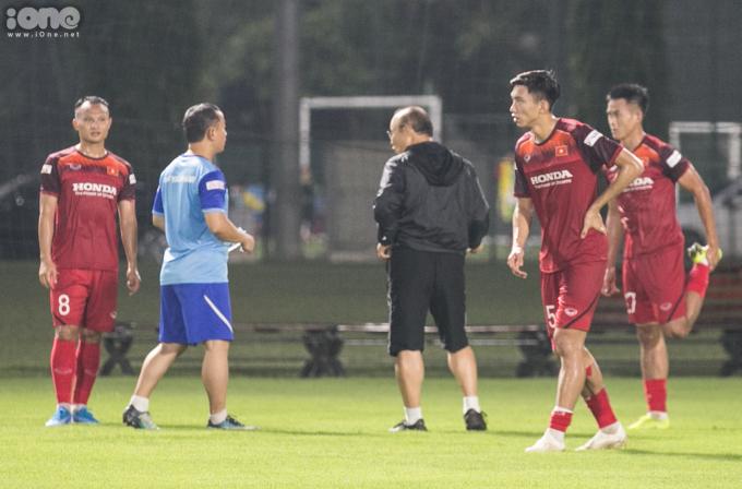 <p> HLV Park Hang-seo hỏi thăm Trọng Hoàng, Văn Hậu.</p>