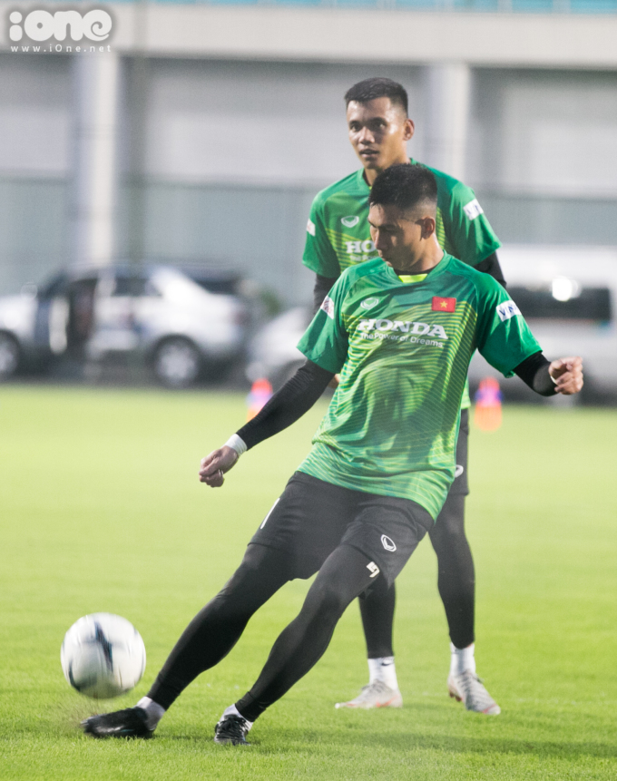 <p> Hai thủ môn Tuấn Mạnh và Văn Cường có những cú sút đầy sức mạnh. Ở buổi tập này các thủ môn chưa tập riêng mà tập cùng toàn đội.</p>