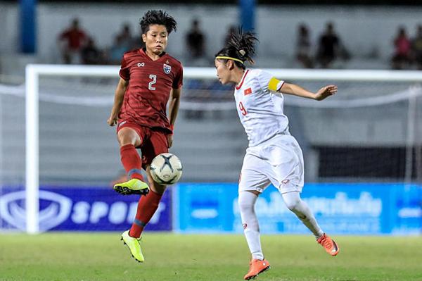 Huỳnh Như (áo trắng) trong một pha tranh chấp bóng với đối thủ. Ảnh: ThailandNT