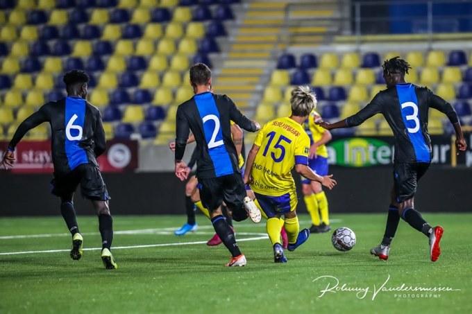 <p> Kết thúc trận đấu, Sint-Truidense vẫn phải đón nhận thất bại 1-2. Club Brugge vươn lên dẫn trước tới 2 bàn ngay trong hiệp 1. Đến phút 88, đội Sint-Truidense mới có bàn thắng gỡ gạc.</p>