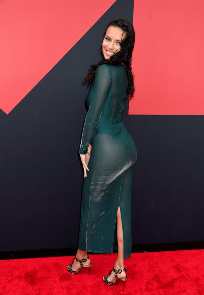 <p> Phong cách sexy được các mỹ nhân đồng loạt lựa chọn khi xuất hiện trên thảm đỏ. Cựu thiên thần nội y Adriana Lima mặc váy bó sát tôn vòng ba.</p>
