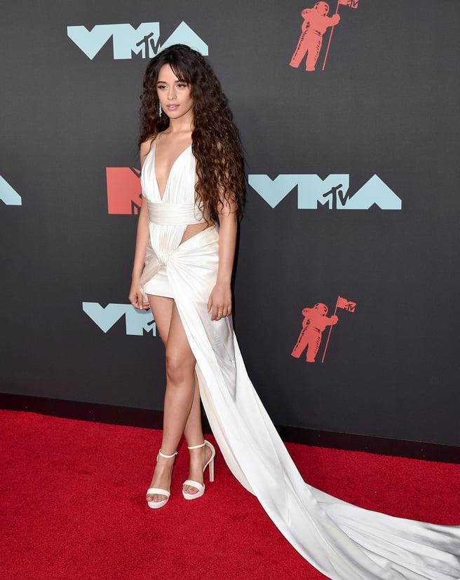 """<p> Camila Cabello diện váy """"hở trên ngắn dưới"""", tà dài cả mét bất chấp chiều cao khiêm tốn.</p>"""