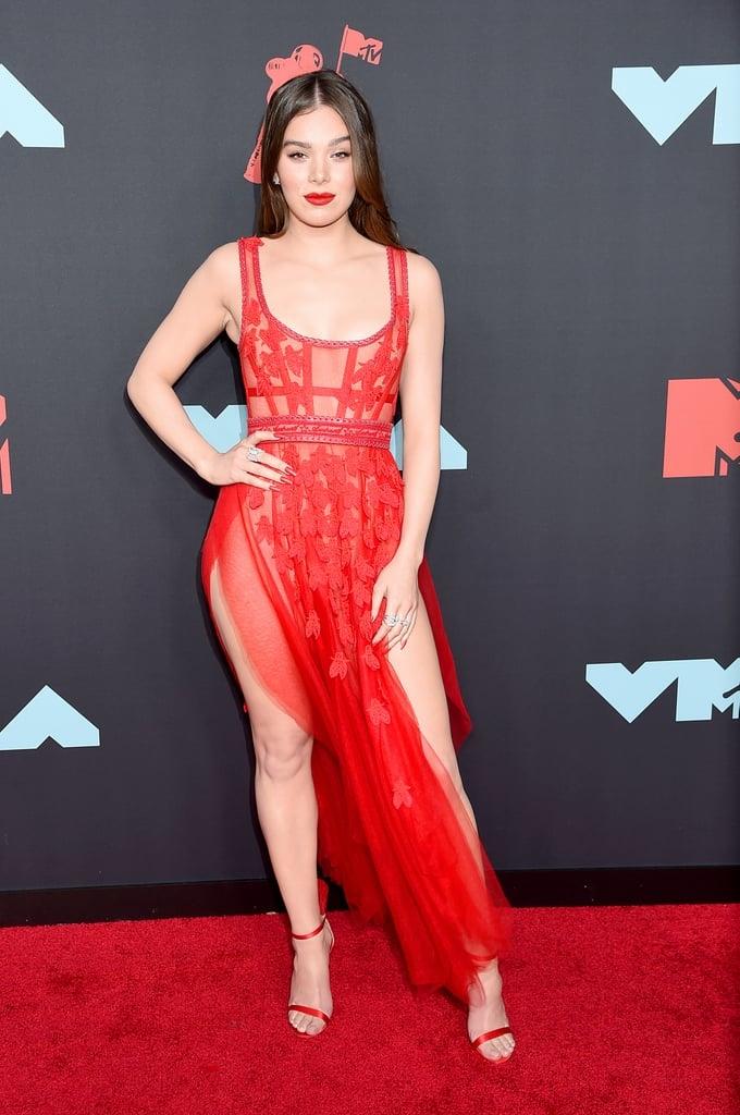 <p> Hailee Steinfeld khoe đường cong cùng làn da trắng với chiếc váy đỏ rực chất liệu xuyên thấu, xẻ cao hai bên đến hông.</p>