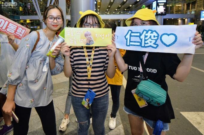 <p> Một số du khách người Hàn Quốc bày tỏ sự hào hứng sau khi đọc nội dung chào đón NCT Dream trên các banner cầm tay của người hâm mộ Việt Nam.</p>