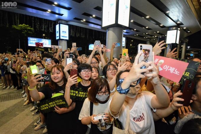 <p> Đại diện một số FC của NCT Dream tại Việt Nam đã tổ chức phát banner cầm tay, sticker cho các bạn trẻ. Lightstick, áo thun màu xanh neon, màu đại diện của fandom nhóm NCT Dream được fan trưng dụng. Họ cũng lên kế hoạch chuẩn bị tinh thần cổ vũ vào đêm diễn sắp tới.</p>
