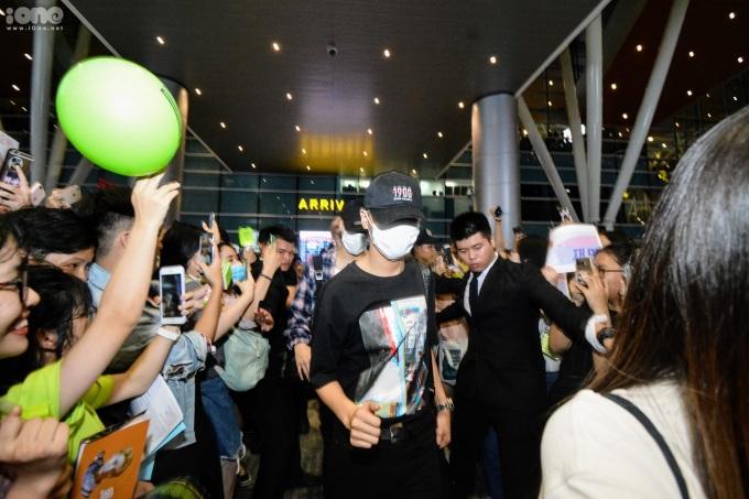 <p> Dù đáp chuyến bay muộn, các thành viên NCT Dream vẫn xuất hiện rạng rỡ. Sáu thành viên gồm Renjun, Jeno, Haechan, Jaemin, Chenle, Jisung vừa xuất hiện đã nhận tiếng reo hò lớn. Họ đến Đà Nẵng để biểu diễn tại một sự kiện âm nhạc vào tối 28/8 ở Cung thể thao Tiên Sơn.</p>