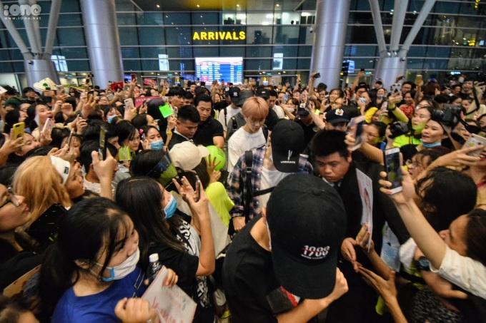 <p> Nhóm di chuyển với sự bảo vệ của các vệ sĩ người Việt cùng các trợ lý và vệ sĩ riêng từ Hàn sang.</p>