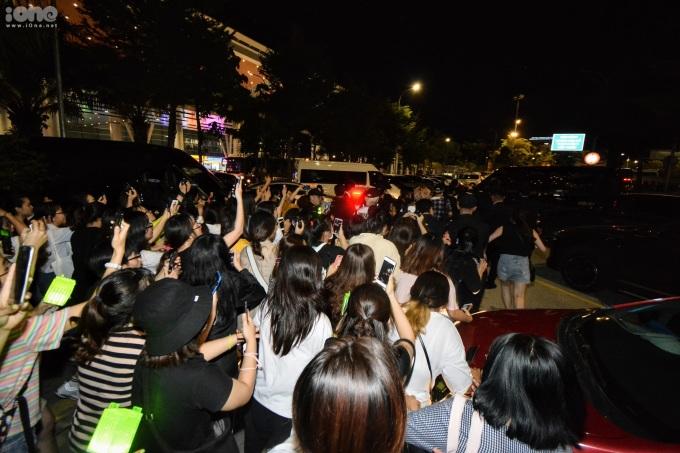 <p> Hàng trăm fan bám theo thần tượng ra tận xe.</p>