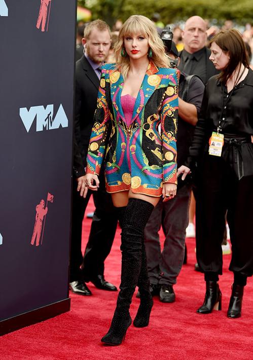 VMAs (MTV Video Music Awards) là một trong những lễ trao giải âm nhạc uy tín, nổi tiếng nhất năm. Trên thảm đỏ sự kiện năm nay diễn ra tối 26/8 tại New Jersey, Mỹ, Taylor Swift thành tâm điểm với trang phục sặc sỡ.