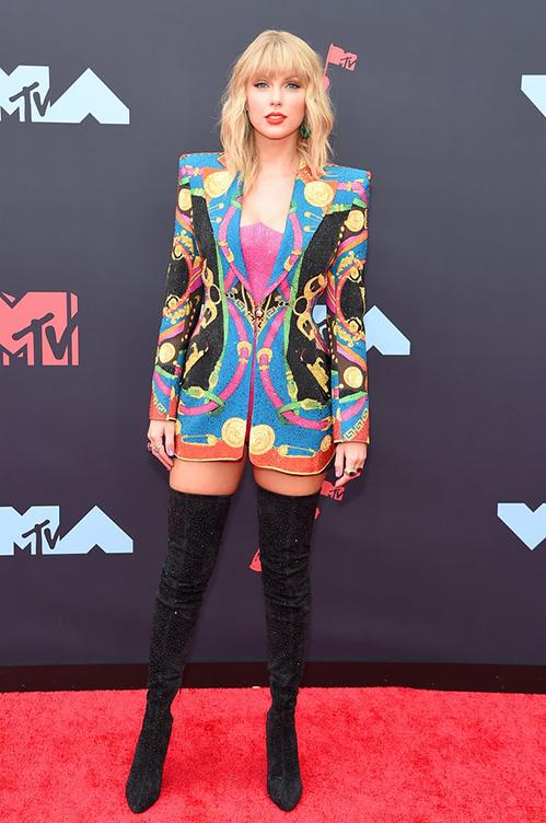 <p> Taylor Swift mặc blazer giấu quần kết hợp boots cao gót tôn chiều cao.</p>